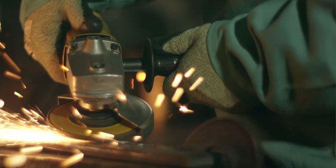 焊接工人在凱芙拉® 織成的手套的保護下工作