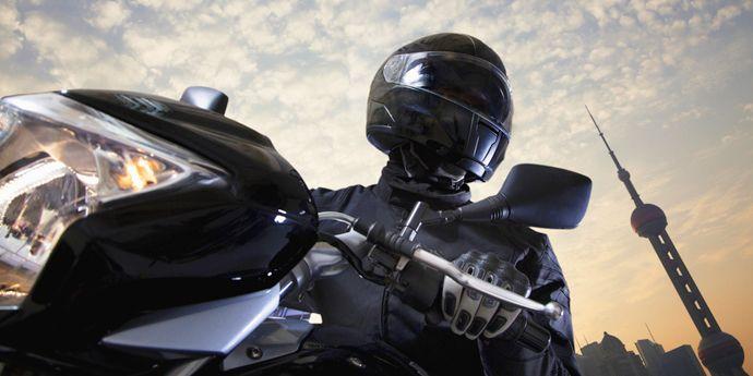 Kevlar® 凱芙拉® 纖維用于摩托車手防護服與配件中,提供卓越的耐撕裂性和耐磨性。