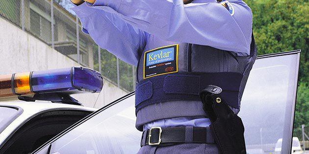 执法人员穿着杜邦™ Kevlar® 凯芙拉® 品牌纤维制成的防弹背心