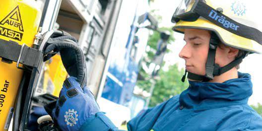 穿戴着Kevlar® 凯芙拉® 制作的应急救援手套的德国THW应急救援人员