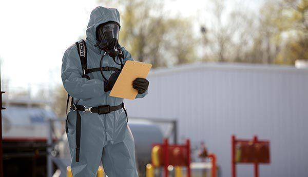 穿着乐天堂体育投注™ ychem® ThermoPro阻燃防化服作业的工人