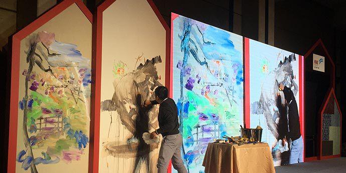 上海师范大学美术学院的油画家宋巍,在采用特能™ 可擦洗壁纸装饰的舞台布景上即兴作画