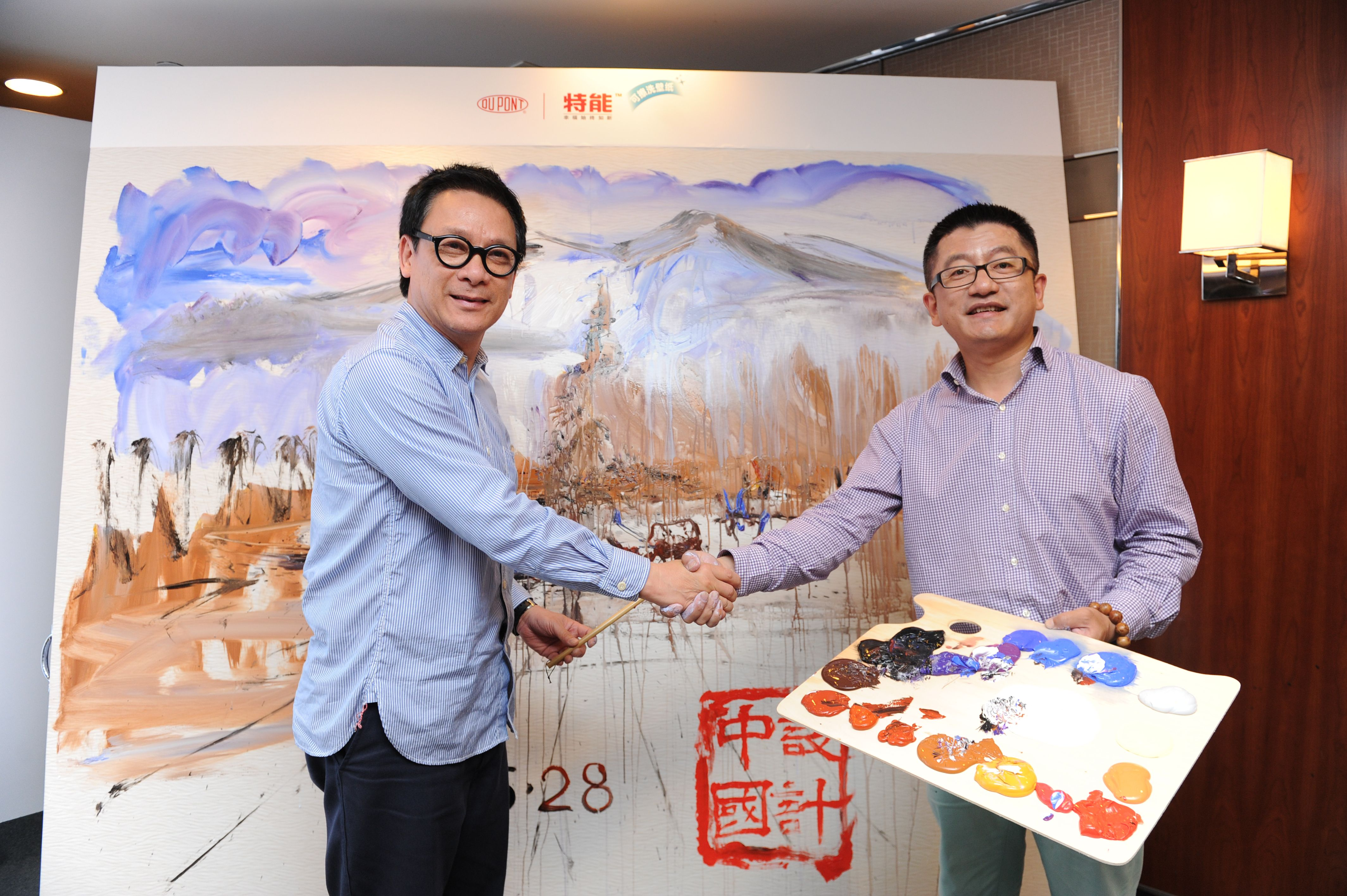 IFI候任主席、设计大师梁志天先生与上海师范大学美术学院的油画家宋巍老师在贴了特能™ 可擦洗壁纸的墙面上即兴作画。