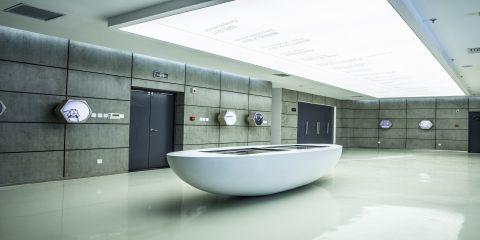 国家知识产权设计产业园序厅正中由白色系可丽耐®打造的超现实般的船型数控展台
