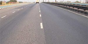 Side-by-side expressway lanes in India show better binder retention with Elvaloy® RET modified asphalt.