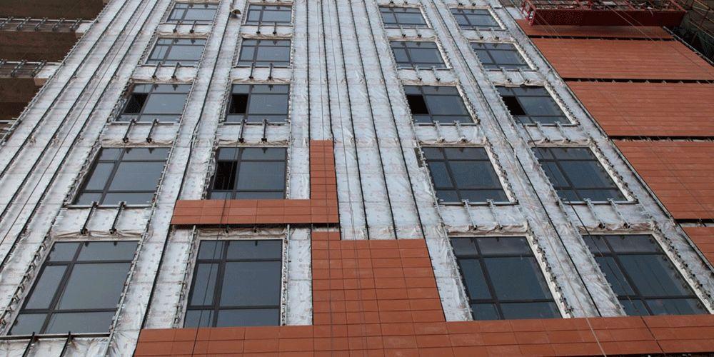 包裹了乐天堂体育投注™ Tyvek® 特卫强® 防水透汽膜保护墙面的北京外交公寓工程