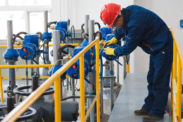 DPP_UA-4_WorkerInspectingPipeline_630x315